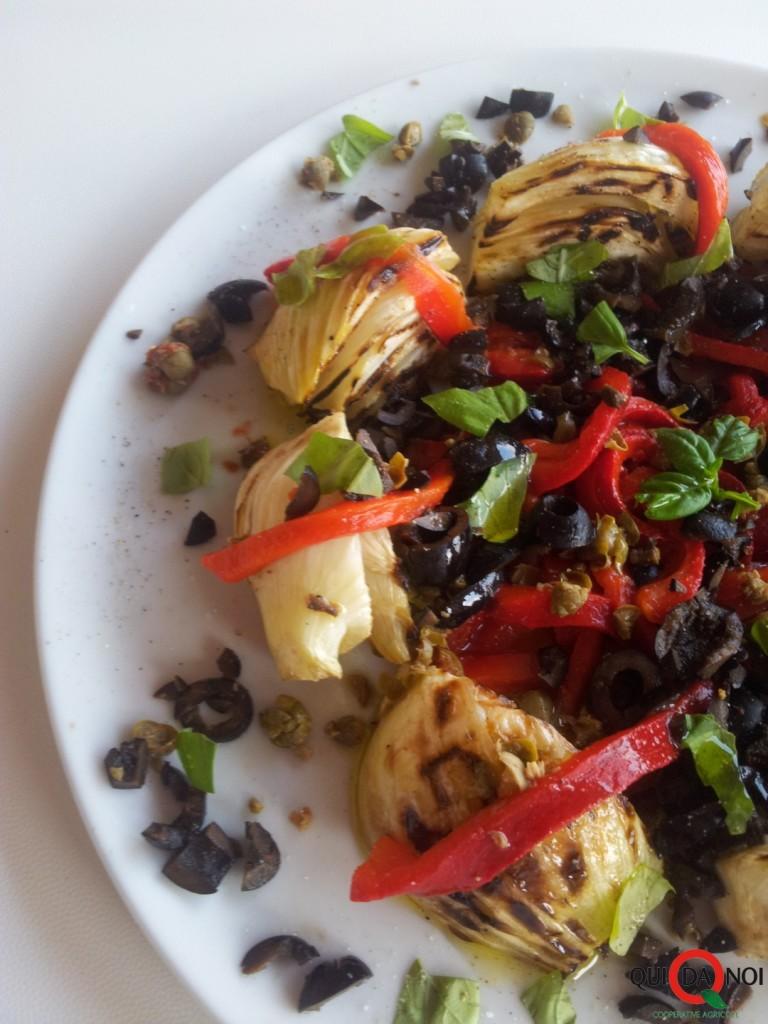 Insalata di finocchi grigliati e peperoni arrostiti con olive e capperi_Paola-Uberti
