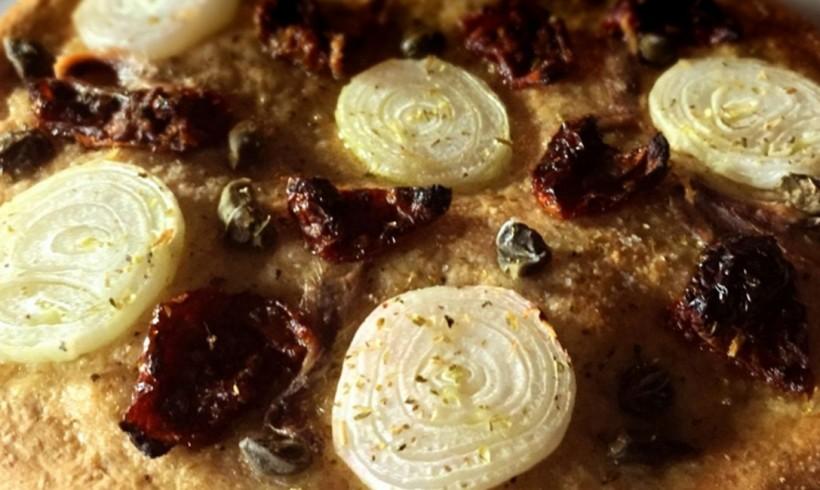 PIZZA INTEGRALE SOFFICE CON CIPOLLE BORETTANE, ACCIUGHE, CAPPERI E POMODORI SECCHI
