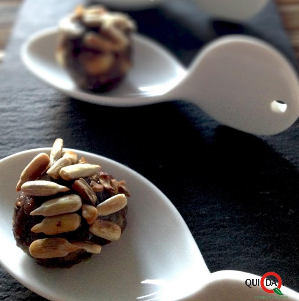 Polpettine di vitello, acciughe, capperi e pate' d'olive con miele e semi di girasole_Paola Uberti