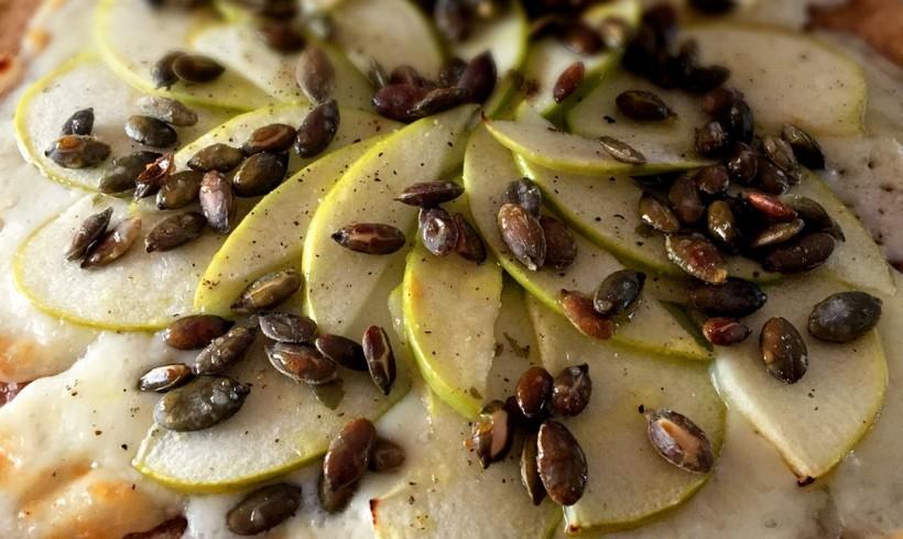 Schiacciata di segale con Casciotta d'Urbino, mele verdi e semi di zucca