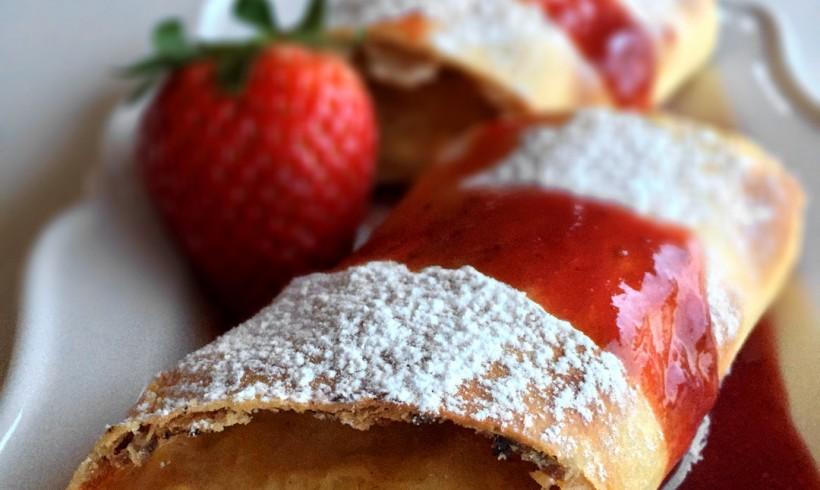 Rotolo dolce con Casciotta d'Urbino, marmellata di agrumi e salsa di fragole