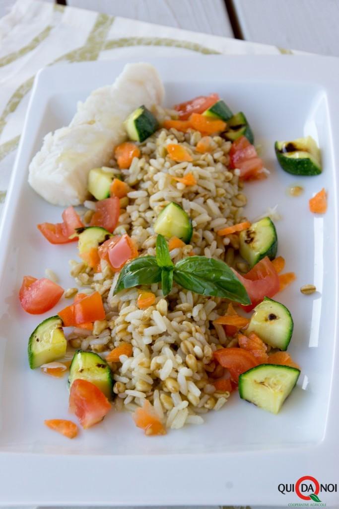 Insalata di riso e grano con merluzzo e olio all'arancia