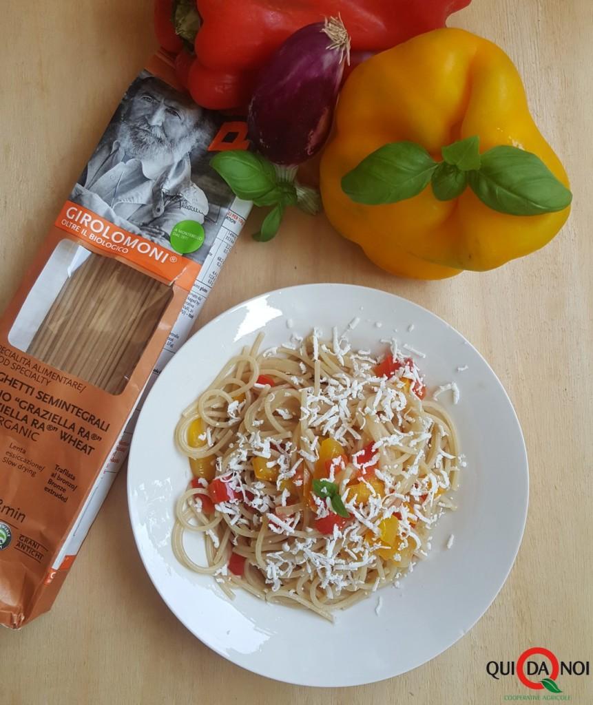 spaghetti con peperoni e ricotta salata