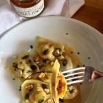 Ravioli ripieni di composta di zucca e zenzero, nocciole e Parmigiano con semi di zucca e zenzero candito