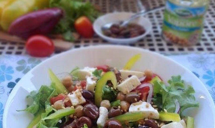 Insalata mediterranea con ceci e granella di nocciole