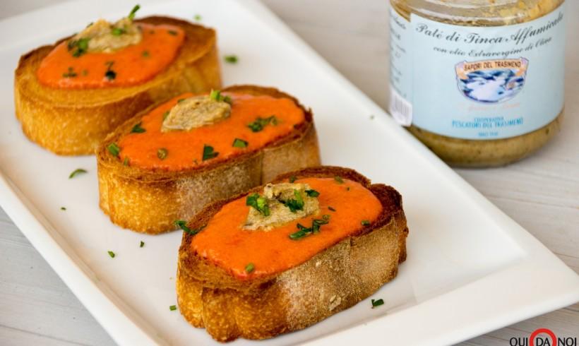 Crostini con crema di peperoni e patè di tinca affumicata del Lago Trasimeno