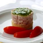 Mini cheesecake salate con crudo e pesto di rucola