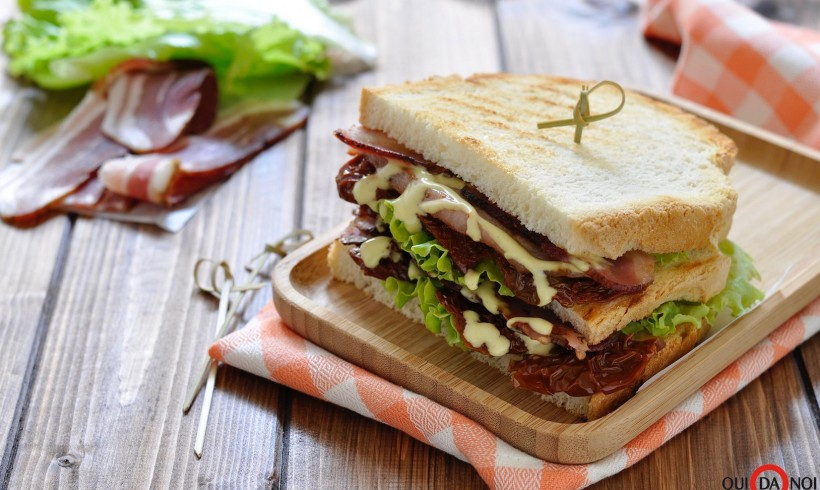 Club sandwich con bacon e senape al miele