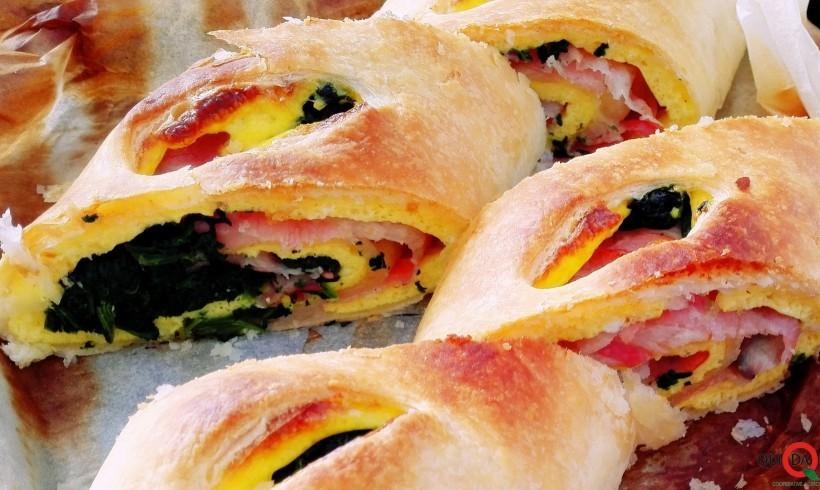 Rotolo ripieno al bacon e omelette