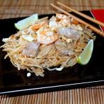 Pad thai. Spaghetti di riso saltati con carne, gamberi e verdure