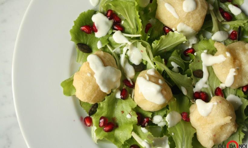 Frittelle di baccalà su lattughino fresco con maionese al lime