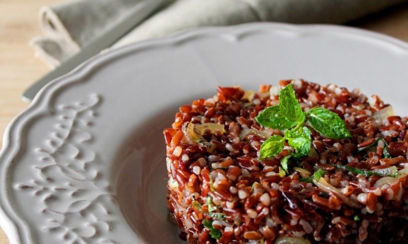 Insalata di riso rosso selvaggio con zenzero candito, mirtilli disidratati e cipolla grigliata