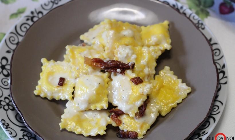 Salsa ai formaggi con guanciale croccante