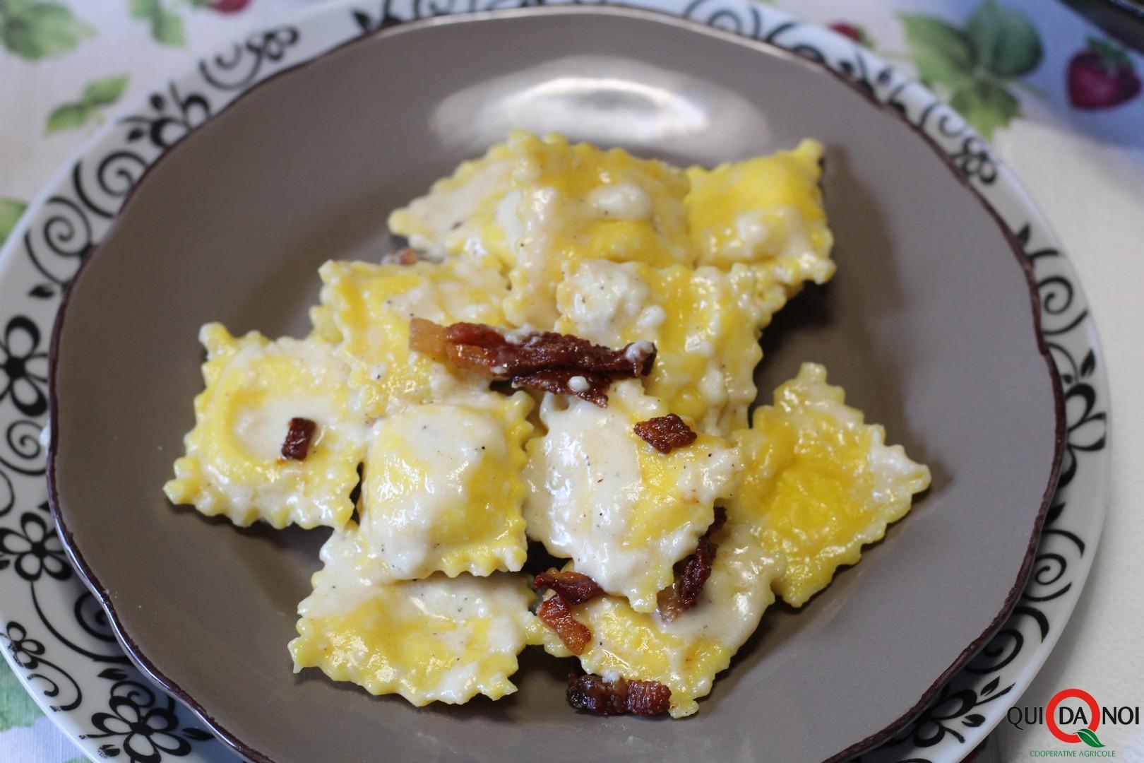 ravioli con salsa ai formaggi e guanciale croccante_soffio