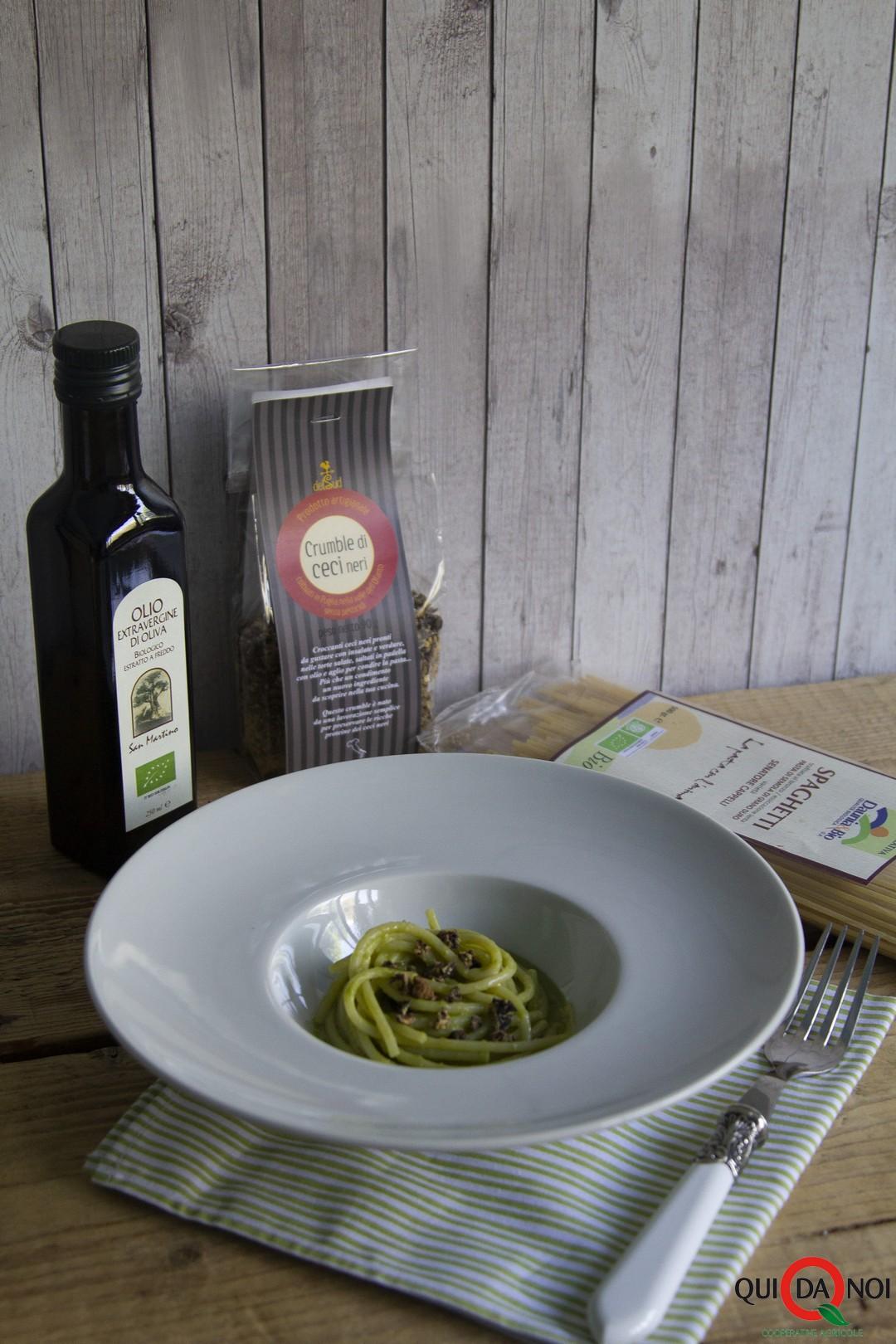 Spaghetti al pesto di broccoli e crumble di ceci neri_monica martino