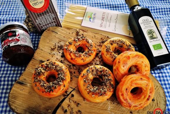 Spaghetti Donuts con crumble di ceci neri