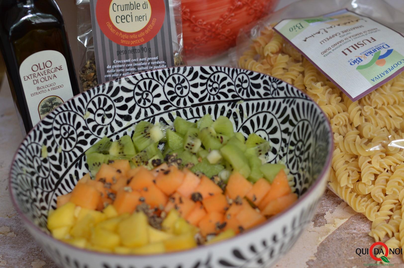 fusilli con crema di avocado, frutta e crumble di ceci neri_monica benedetto (2)