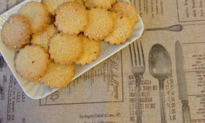 Cracker ai formaggi misti con semi di sesamo