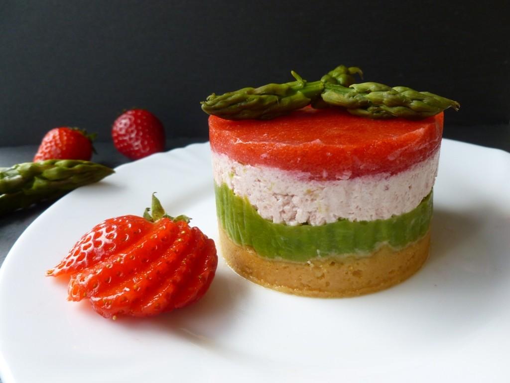 Minicheesecake con asparagi, fragole e crema di robiola