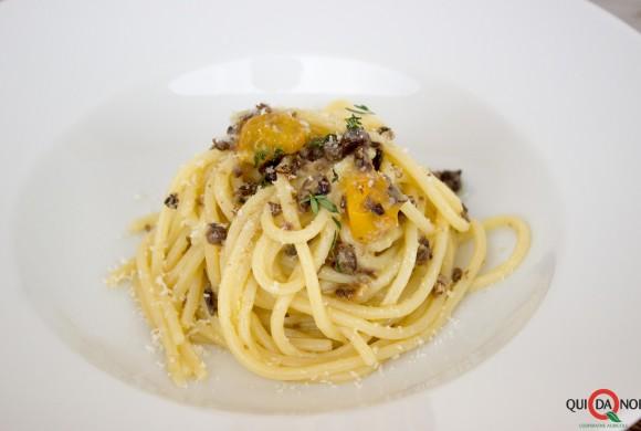 Spaghetti con acciughe, pomodorino giallo e crumble di ceci neri