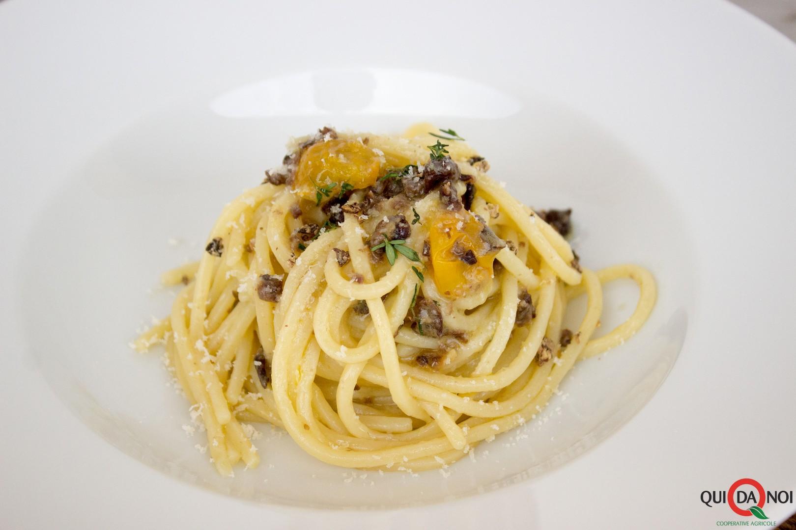 Spaghetti con crumble di ceci neri_pasquale