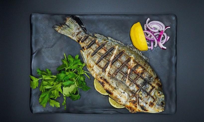 Pesce a tavola senza ristoranti. App e chat per imparare a cucinarlo