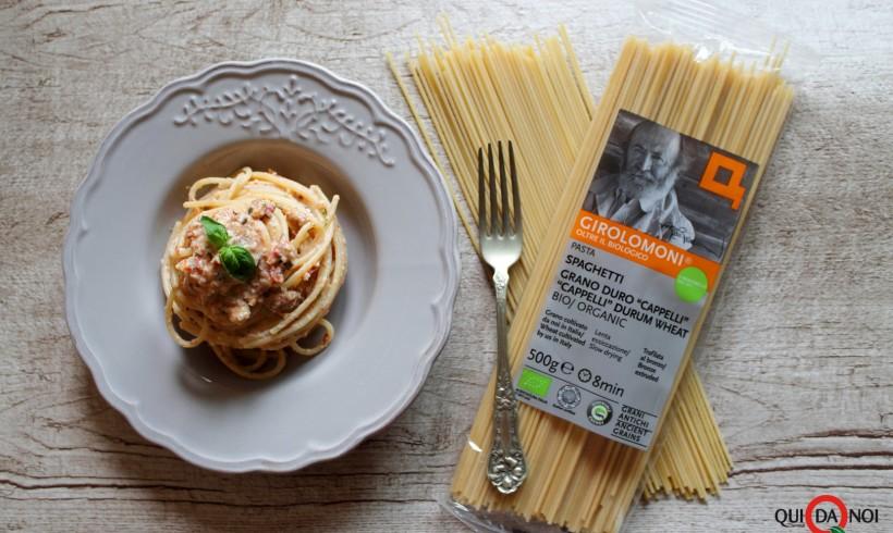 Spaghetti con crema di mandorle, pomodori secchi, capperi e miele