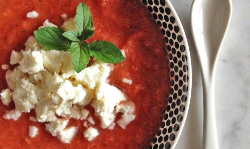 Zuppa fredda di verdure con erbe aromatiche e feta
