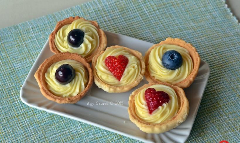 Tartellette ai frutti di bosco con crema pasticcera