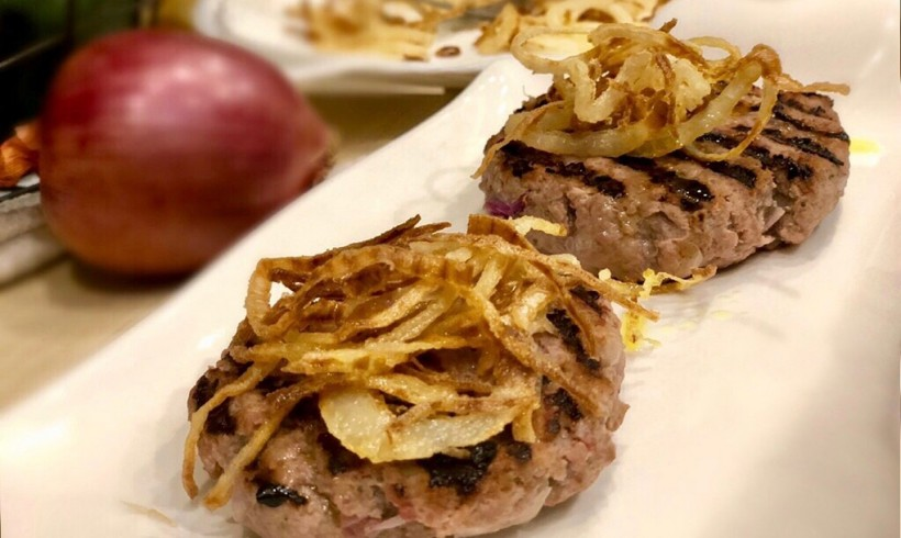 Hamburger di manzo farciti con prosciutto e cipolla rossa