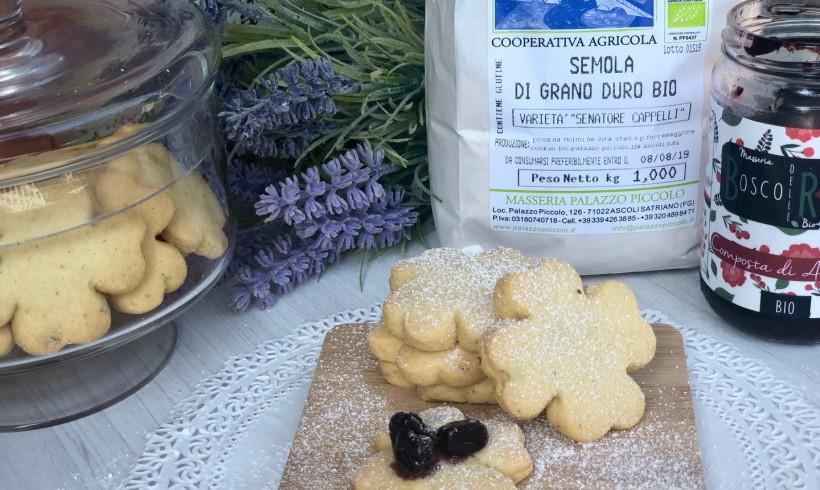 Biscotti alla semola e pistacchi con composta di amarene