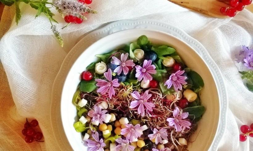Bowl con malva, primizie biologiche e fiori di caciotta fresca by Gabriella Pizzo