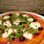 Pizza integrale soffice con porri caramellati, broccoli e robiola