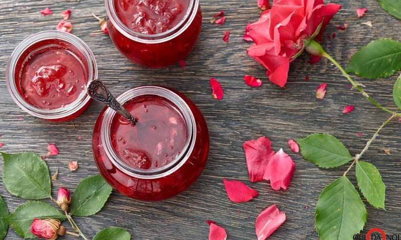 Rose rosse in cucina. Il piacere di assaporare un profumo