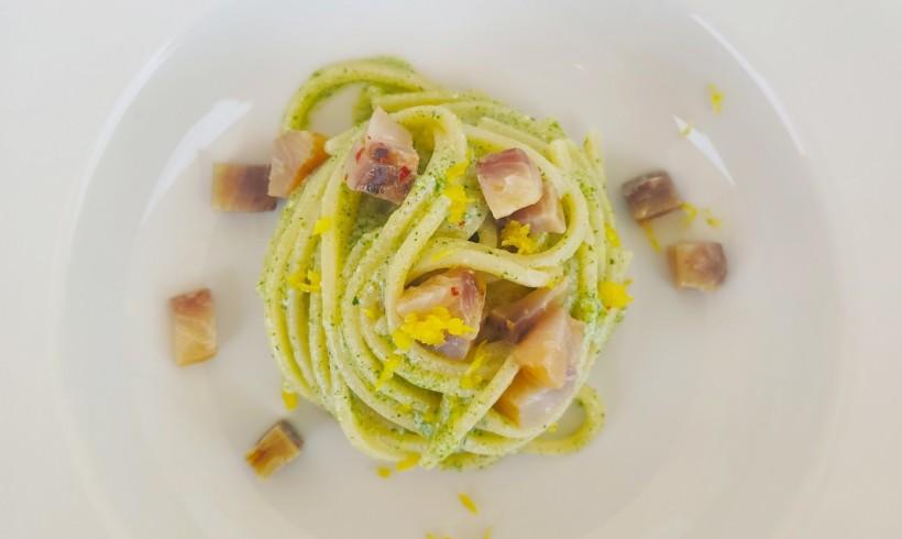 Spaghetti quadrati con crema di ricotta di bufala al prezzemolo, limone e cefalo affumicato
