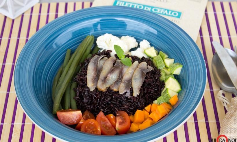 Insalata di riso venere, verdure e filetto di cefalo affumicato