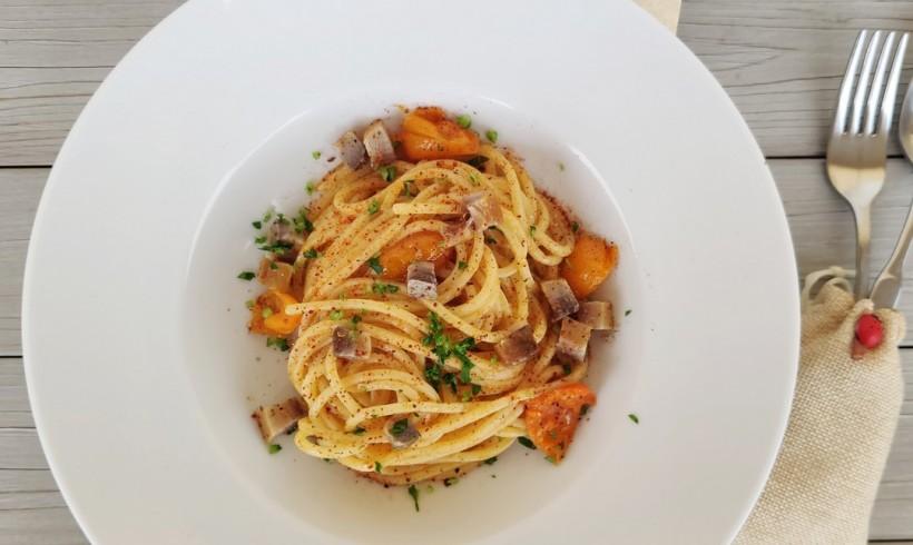 Spaghetti alle acciughe, con pomodorino giallo, filetto di cefalo affumicato e peperone crusco