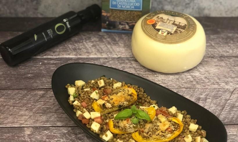 Peperoni al forno ripieni con lenticchie, formaggio e pomodoro