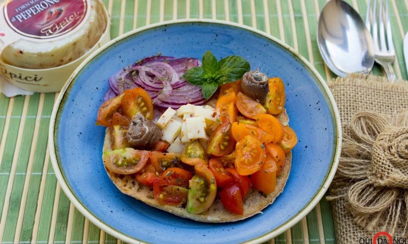 Fresella con pomodorini, acciughe e formaggio