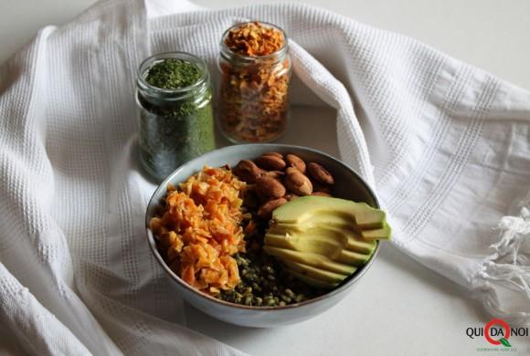 Poke bowl con verdure, mandorle e avocado