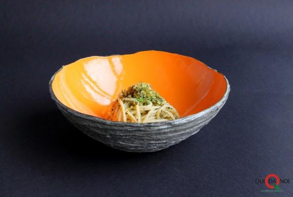 Spaghetti con trito di pane secco, erbe aromatiche e pecorino