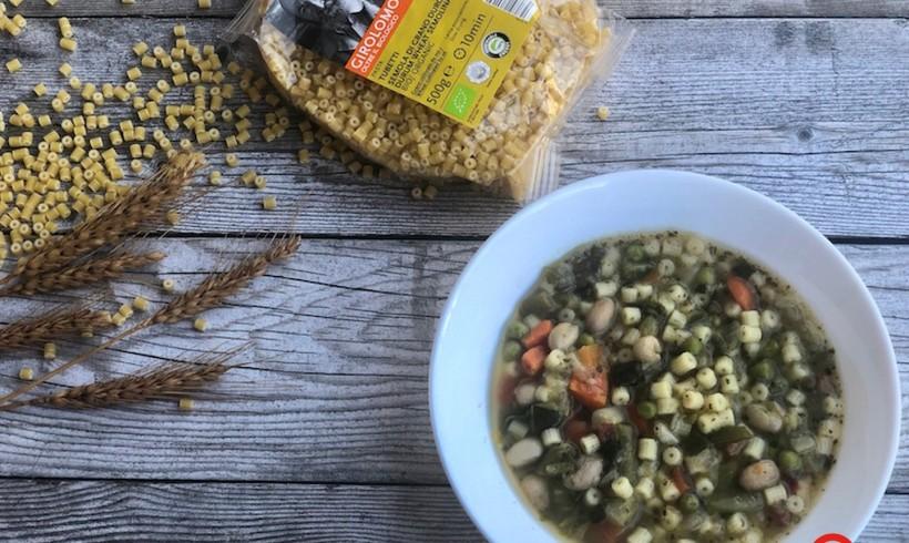 Minestrone di verdure, legumi e pesto